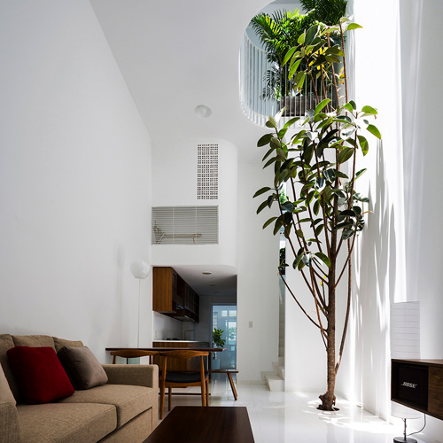 Ngôi nhà ở quận Bình Thạnh (TP HCM) có diện tích 42 m2 nằm giữa một khu dân cư có nhà cửa san sát với mặt thoáng duy nhất khá hẹp (3,5m). Bởi vậy, các kiến trúc sư của công ty Kientruc O đưa ra giải pháp lấy sáng chính cho nhà từ khoảng giếng trời lớn, khơi gợi cảm giác rộng mở từ tầng một lên cao. (Xem cả nhà).