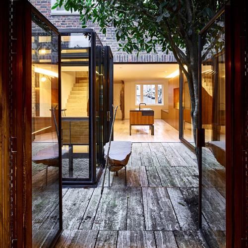 Các kiến trúc sư bố trí mọi phòng trong căn nhà ở London (Anh) xung quanh sân trong. Tầng một là không gian mở khiến trong và ngoài nhà dường như không có có khoảng cách.