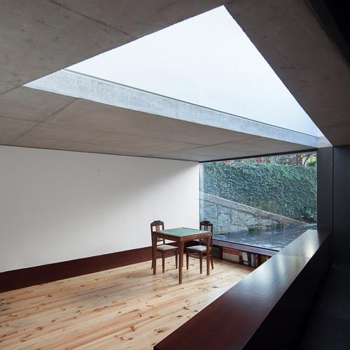 Khi mở rộng thêm cho ngôi nhà ở Bồ Đào Nha, các kiến trúc sư tạo lập một giếng trời hình tam giác để tạo sự liên kết với các hình khối tương tự ở sân.
