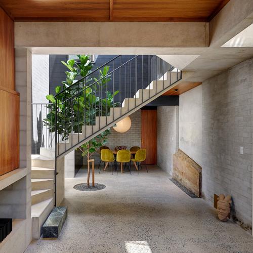 Cách bố trí thang, giếng trời của ngôi nhà ở Sydney (Australia) khiến sân vườn và nơi sinh hoạt của gia đình hòa nhập vào nhau.
