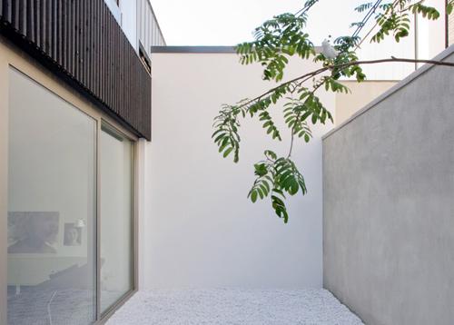 Ngôi nhà ở Leiden (Hà Lan) có thiết kế tối giản với tông màu trắng, ghi xám. Ngay cả ở khu vực thông tầng cũng chỉ có những mảng tường sáng, rải sỏi trắng.