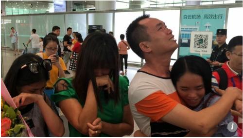 Bowers gặp lại gia đình ruột thịt của mình ở sân bay Quảng Đông - Ảnh: SCMP