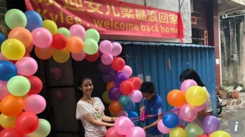 Ngôi nhà được trang hoàng đầy bóng bay và biểu ngữ của bố mẹ Bowers nhằm đón con gái trở về _ Ảnh: SCMP.