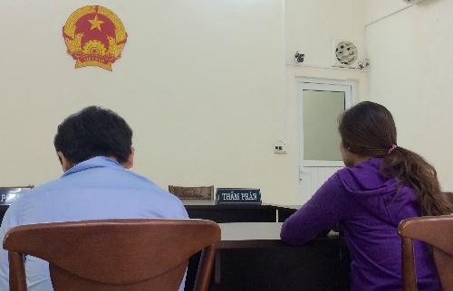 Suốt thời gian ở phòng xử, anh Hoàn cứ cầm chiếc điện thoại trên tay và chơi game. Ảnh: Phan Thân