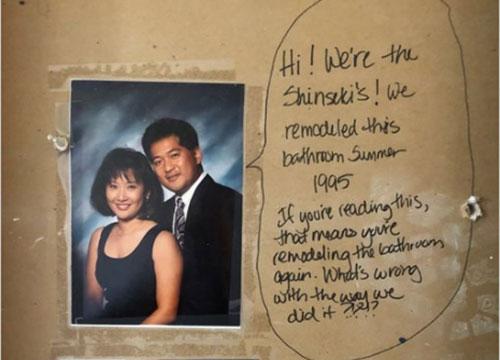 Sửa phòng tắm, cặp vợ chồng tìm được lời nhắn từ 23 năm trước