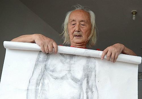 Cụ Wang và bức hình do mình làm mẫu - Ảnh: Chinadaily