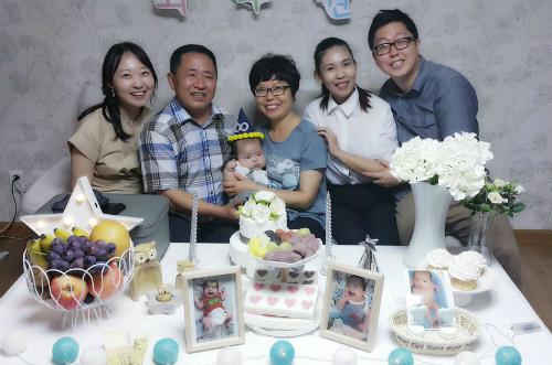 Bố mẹ và chị gái Choi sang dự đầy tháng bé Chunwon của họ.