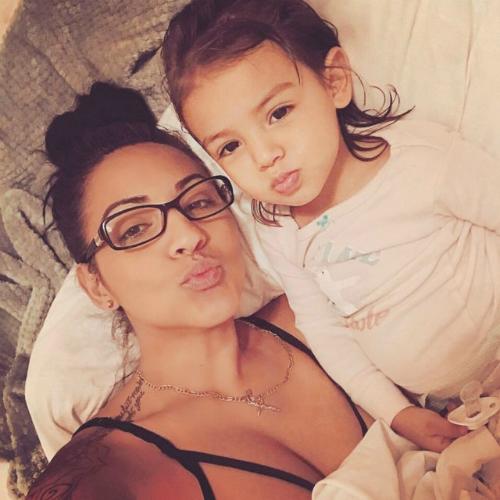 Khi đi cùng cháu ngoại 3 tuổi, mọi người xung quanh đều nhầm chị Yarrellys là mẹ bé. Ảnh: Mirror.