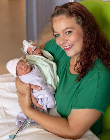 Chị Vicky và cặp song sinh một trai một gái chào đời cách nhau 12 ngày. Ảnh: The Sun.