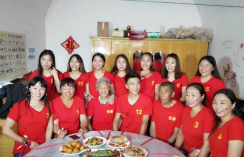 Cậu em út (mặc áo phông đỏ có số 12) ngồi giữa bố mẹ và 11 chị gái. Ảnh: Supchina.