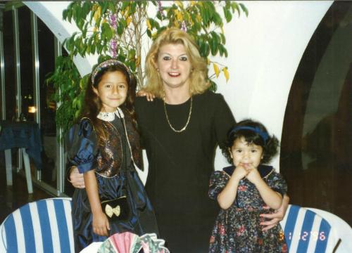 Barlow ngày nhỏ (bên trái) cùng mẹ nuôi và em.