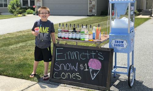 Ông chủ hàng kem đá bào Emmett đã kiếm được tiền từ công việc kinh doanh đầu tiên của mình. Ảnh: Boredpanda.