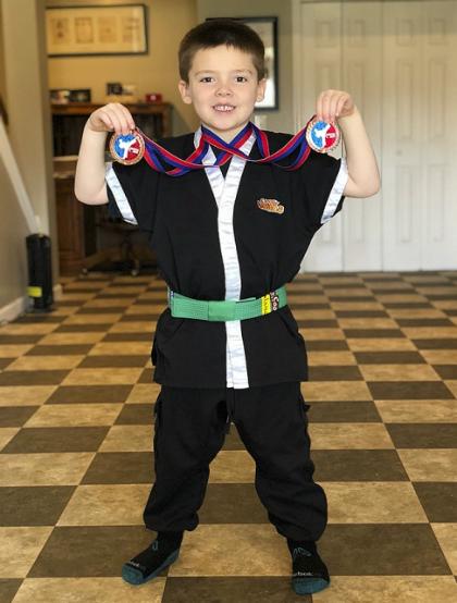 Dù hiện tại thích bán kem nhưng Emmett cũng ham học karatevà ước mơ sau này trở hành một võ sư. Ảnh: Boredpanda.