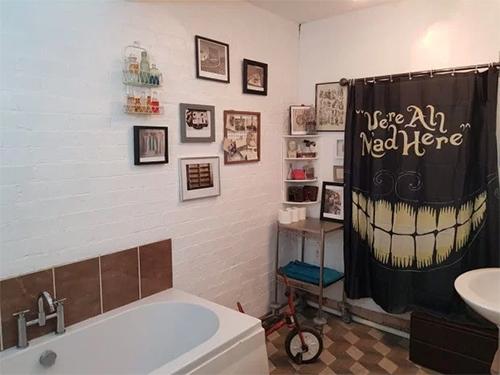 Khu vệ sinh nhìn thoáng qua không có gì đặc biệt với đầy đủ thiết bị như bồn tắm, bồn rửa tay, bồn cầu.