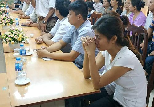 Chị Hương xúc động trong suốt buổi lễ. Ảnh: Ngọc Phong.