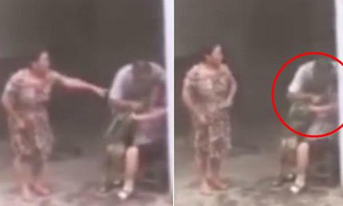 Người đàn ông nhét cỏ vào miệng mẹ để buộc bà không nói nữa. Ảnh: kankan news.