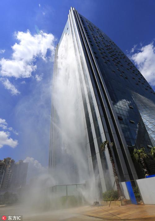 Thác nước 108m phủ trùm mặt tiền tòa cao ốc
