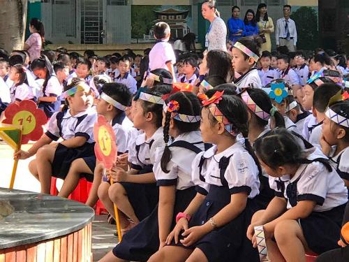 Lễ khai giảng năm học 2017-2018 ở trường tiểu học Kim Đồng, quận 7, một ngôi trường có tỷ lệ lớn học sinh không có hộ khẩu tại TP HCM - Ảnh: Hoàng Anh