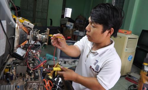 Chỉ cao chừng 1m, anh Văn được mẹ mở cho một cửa hàng điện tử, giờ có thể tự nuôi sống bản thân.