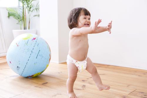 Tã quần với vách chống trào thông minh cùng thun chân 6 sợi linh hoạt cho bé cảm thấy thoải mái.
