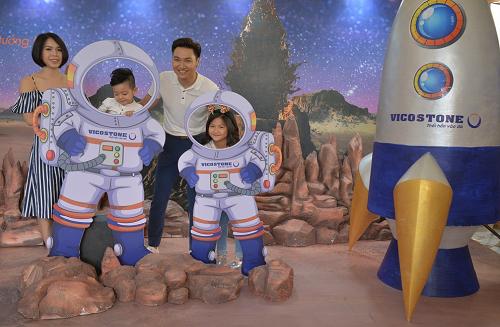 Vợ chồng Mạnh Trường, Phạm Phương cùng hai bé Chíp, Bon có mặt từ sớm để không bỏ lỡ hoạt động thú vị của sự kiện. Cả gia đình chụp ảnh với mô hình phi hành gia, tàu du hành. Nam diễn viên cho biết, Hành tinh bí ẩn được các bé mong đợi từ lâu bởi hai con đều say mê các câu chuyện về hành tinh, không gian ngoài vũ trụ.