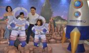 Gia đình Mạnh Trường khám phá mô hình hành tinh bí ẩn