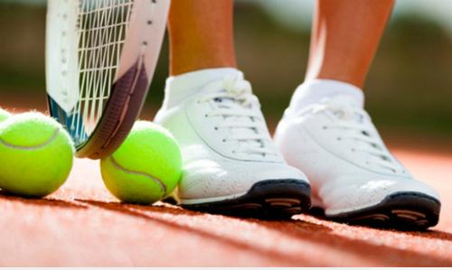 Giày, vợt tốt để chơi tennis có giá tiền không rẻ - Ảnh: NewEnglandsealcoating.