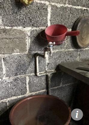 Vòi nước máy nơi cậu bé uống nước để sống.