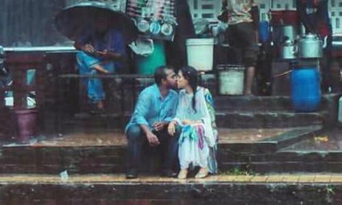 Nhiếp ảnh gia gặp rắc rối lớn khi chụp cặp đôi hôn dưới mưa