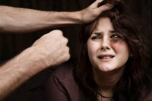 Người đàn ông đánh đập vợ sau đó giả vờ đáng thương để không bị bỏ. Ảnh: Babarahmad.
