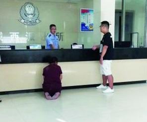 Người mẹ già quỳ ở đồn xin cảnh sát bắt con trai khiến nhiều người xót xa. Ảnh: Sina.