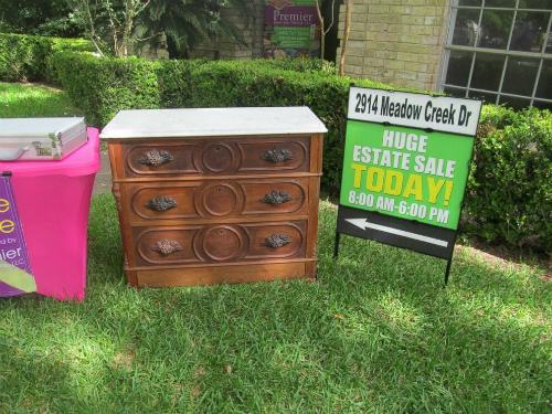 Chiếc tủ cùng nhiều món đồ của người đã mất được bày bán.