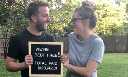 Vợ chồng Chris và Morgan hạnh phúc vì trả sạch nợ. Ảnh: ABC.