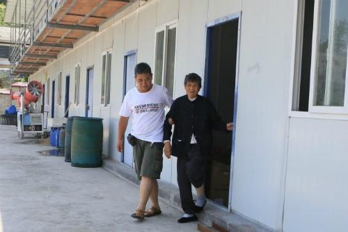 Suốt ba năm nay, Wu đã đưa mẹ đi làm cùng mình - Ảnh: China Daily