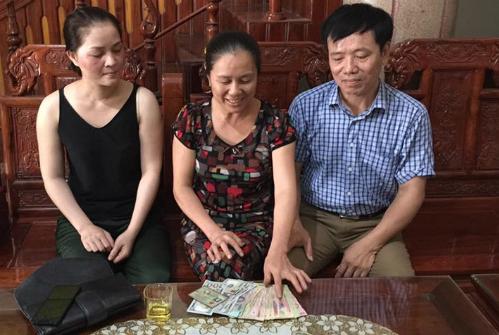 Vợ chồng anh Tám cùng với người đánh rơi chiếc ví. Ảnh: NVCC.