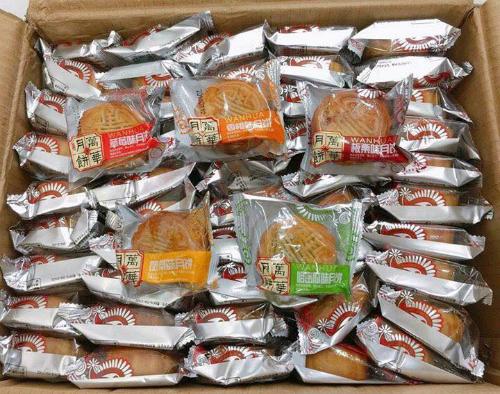 Bánh này được các chuyên gia cho là Trung Quốc sản xuất, không đảm bảo an toàn thực phẩm. Ảnh: Facebook.