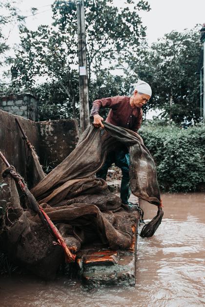 Bà Nhẩn thả lưới kéo cá tôm mỗi ngày ở cái tuổi 76.