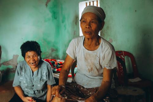 Bà Nhẩn già bước ra khỏi cuộc chiến tranh với nhiều thương tật trên cơ thể, rồi lại bước vào cuộc chiến một mình chăm con tâm thần 45 năm qua.