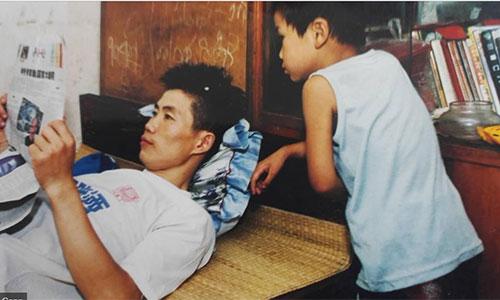 Khi mới đến Thượng Hải, bất cứ lúc nào rảnh, anh Lu lại đọc sách báo. Anh cho rằng thói quen này giúp mình rất nhiều trong quá trình phát triển sự nghiệp. Ảnh: Shine.