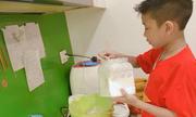 Cậu bé Hà Nội bán bánh kiếm tiền dù có mẹ giám đốc