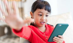 Bố mẹ không nên mua smartphone cho con trước cấp 2
