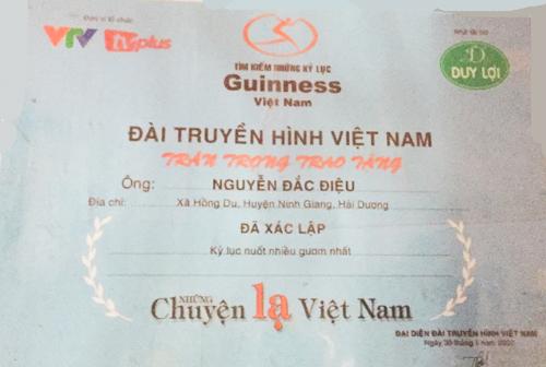 Tấm bằng chứng nhận anh Điệu nuốt nhiều kiếm nhất vẫn được treo trang trọng trên tường nhà anh, tại xã Hồng Diệu, Ninh Giang (Hải Dương).