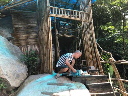Tú tự tay làm phần lớn việc dựng và trang trí nhà - Ảnh: NVCC