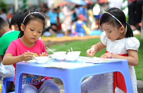 Các bé có thể tham gia trò chơi sáng tạo như vẽ rau củ, tranh cát, tô tượng, lựa đậu, câu cá, đi cầu Kiều&