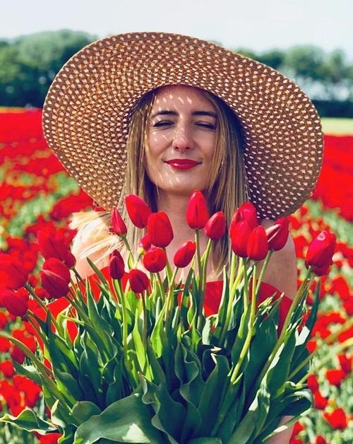 Chụp ảnh cưới giữa cánh đồng hoa tulip