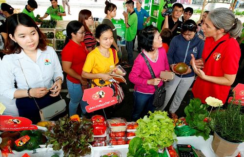 Nhiều hoạt động góp phần hưởng ứng phong trào Sống xanh - Sống khỏe của cư dân Phú Mỹ Hưng và các vùng lân cận như giới thiệu mô hình sản xuất, tìm hiểu cách trồng rau sạch; tham quan, mua sắm thực phẩm sạch...