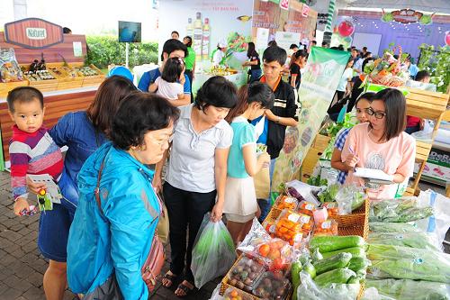Nhiều hoạt động góp phần hưởng ứng phong trào Sống xanh - Sống khỏe của cư dân Phú Mỹ Hưng và các vùng lân cận như giới thiệu mô hình sản xuất, tìm hiểu cách trồng rau; mua sắm thực phẩm sạch, trò chơi khuyến khích trồng trọt...