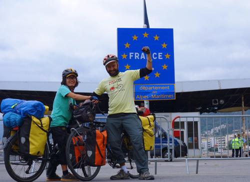 Kim Ngân khát khao viết sách, Simon muốn đạp xe tuyên truyền về biến đổi khí hậu. Những đam mê khác nhau đã gặp nhau trên một con đường. Trong ảnh là điểm cuối trên hành trình đạp xe từ Việt Nam tới Paris của họ.