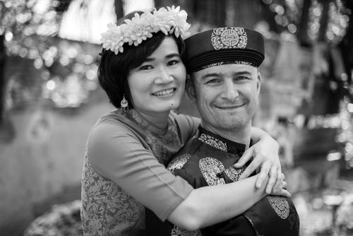 Ngân và Simon tổ chức một lễ cưới rất nhỏ, không có đón dâu, không nhận quà. Với họ, hôn nhân chỉ là một bước chuyển tiếp giai đoạn sau khi cả hai đã chắc chắn về tình cảm mình dành cho nhau, chứ không phải là sự bắt buộc gắn kết mãi mãi. Một người chồng chỉ đơn giản là bạn đời đi cùng cho đến khi nào có thể mà thôi