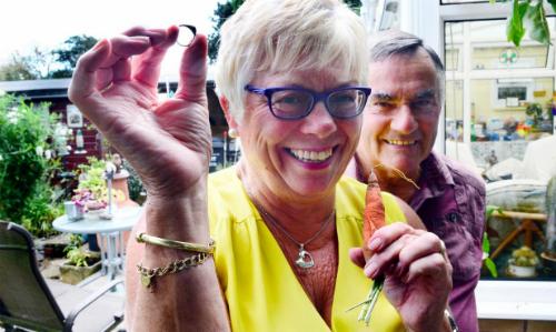 Vợ chồng bà Linda Keitch vui mừng khi tái ngộ chiếc nhẫn bị mất từ 12 năm trước. Ảnh: SWNS.
